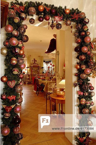 Weihnachtsdeko um eine Tr vom Wintergarten in das Wohnzimmer bunter Weihnachtsschmuck an einem