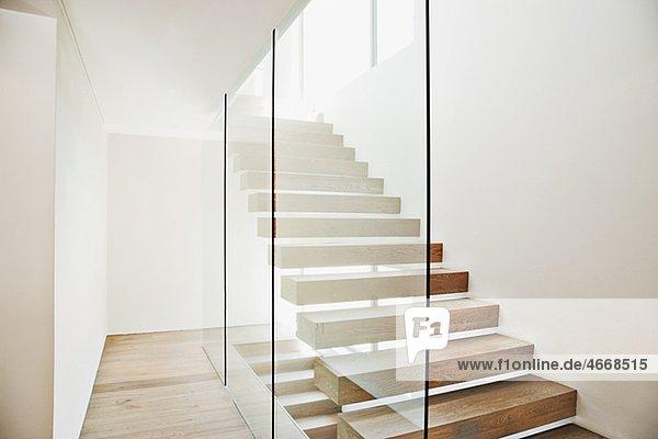 Freitragende Treppe und Glaswand in modernem HausInnenansicht moderne Wohnung zu Hause