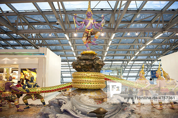 Moderne Figurengruppe, Hinduismus, Szene aus dem Ramayana-Epos, das Quirlen des Milchozeans, Gott Shiva thront über Dämonen und Göttern, Suvarnabhumi Airport, Bangkok, Thailand, Südostasien, Asien