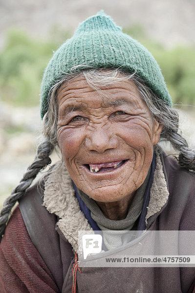 alte Frau voll Freude Asien Bundesstaat Jammu und Kaschmir Distrikt Ladakh Indien Sakti bei