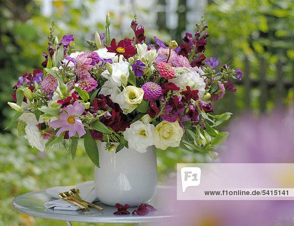 Blumenstrau Sommer auf Gartentisch  Lizenzfreies Bild