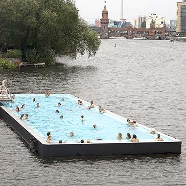 Inaugurata a Berlino una piscina galleggiante in mezzo al fiume Sprea  Jacopo Fo buone