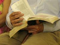 Homem lê a Bíblia