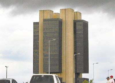 Sede do Banco Central, em Brasília, sob nuvens negras;<br>hoje o BC decide sobre corte nos juros