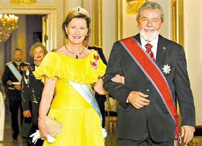 Lula e a rainha Sonja no palácio real em Oslo, onde ele e a primeira-dama, Marisa (atrás), foram recebidos em jantar