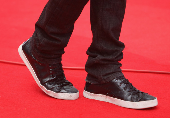 """Actor Zac Efron wears cool shows upon his arrival for the German premiere of """"17 Again"""" at the Sony Center CineStar on April 26, 2009 in Berlin, Germany.  (Photo by Sean Gallup/Getty Images) *** Local Caption *** Zac Efron"""