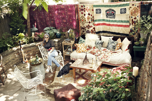 Fall Round Picnic Table Wallpaper The Key To An Inviting Patio Pillows Entertaining Idea