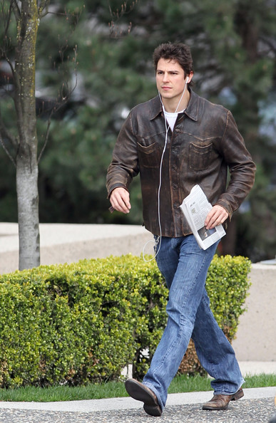 "Sean Faris 'Vampire Diaries' star Sean Faris pops on his headphones as he goes for a walk in downtown Vancouver.  Faris is in town to shoot the lead role in CW's TV Pilot ""The Wyoming Project/The Damn Thorpes""."