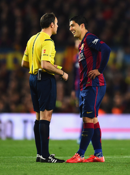 Referee Antonio Miguel Mateu Lahoz talks to Luis Suarez of Barcelona during the La Liga match between FC Barcelona and Real Madrid CF at Camp Nou on March 22, 2015 in Barcelona, Spain.