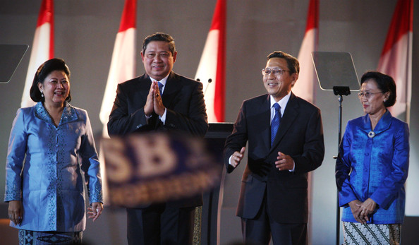 https://i0.wp.com/www1.pictures.zimbio.com/gi/Indonesia+Celebrates+Yudhoyono+Election+wvrxOuF_8BUl.jpg