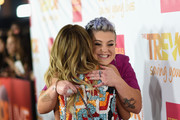 TV personality Kelly Osbourne (L) and actress Sarah Hyland attend 'TrevorLIVE LA' Honoring Robert Greenblatt, Yahoo and Skylar Kergil for The Trevor Project at Hollywood Palladium on December 7, 2014 in Los Angeles, California.