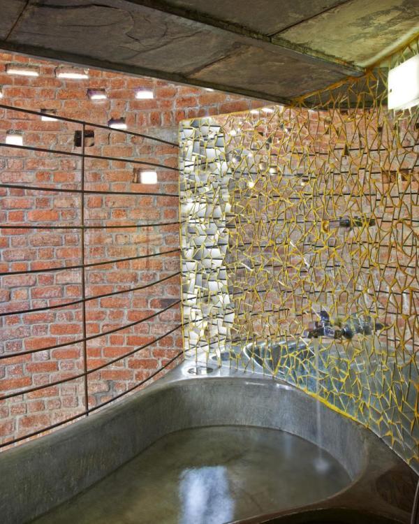 Image Courtesy © iSTUDIO architecture, Mirror mosaics and built-in bath tub