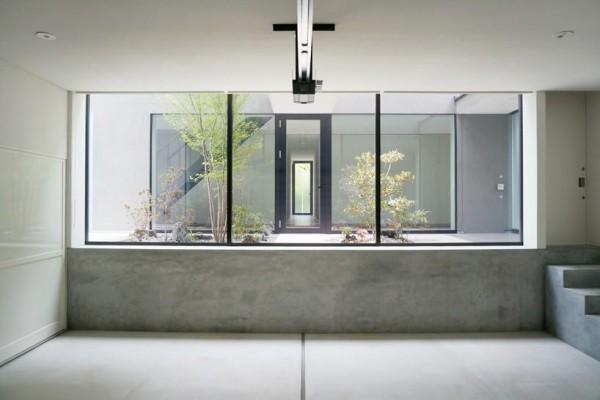 the courtyard  viewed from the garage, Image Courtesy © Motoo Nakagawa
