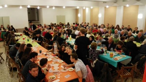 Comensales en la Cena Solidaria 2016 de San Gerardo