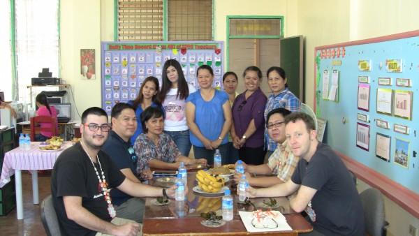 Alfonso Lora (i) con el equipo de la Escuela San Fernando