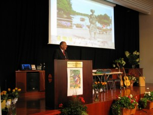 Internationella förbundets ordförande Chris Zijdeveld håller ett uppmuntrande tal till deltagarna
