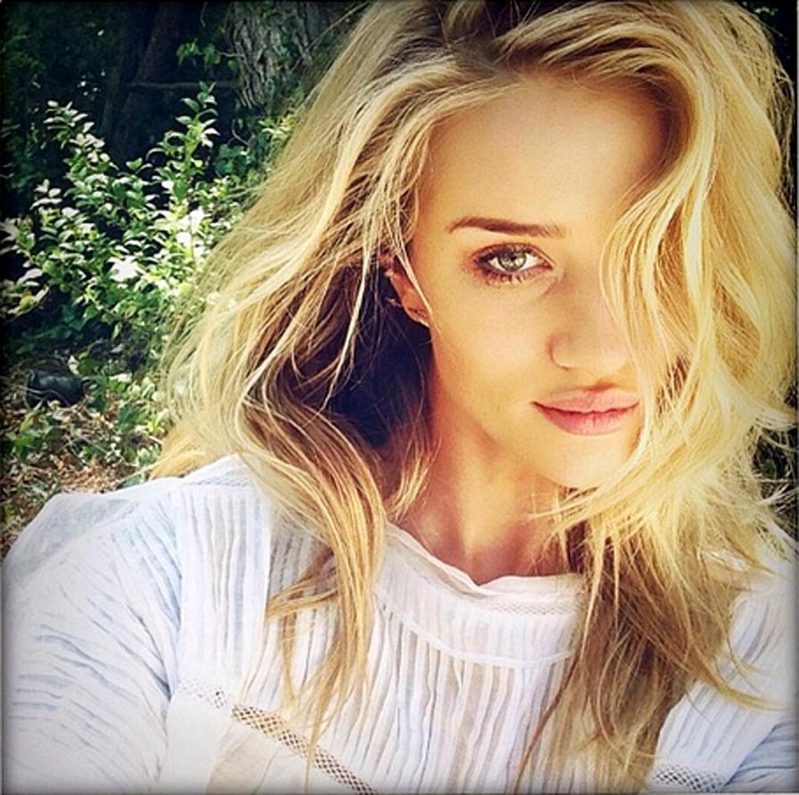 Rosie Huntington Whiteley Finds Time For A Selfie