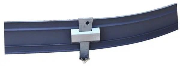 Les pieux coulissent dans la glissière et peuvent être positionnés sur toute la longueur de la bordure.