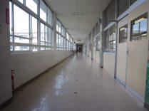 大規模校の長い廊下