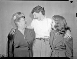 Trois comédiennes du radio-roman signé par Jean Desprez, pseudonyme de Laurette Larocque-Auger. Diffusée sur les ondes de Radio-Canada à Montréal, l'émission réunit Amanda Alarie et Denise Pelletier.