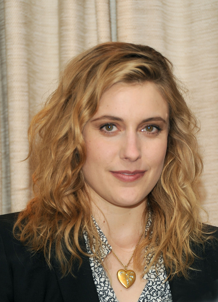 Greta Gerwig Medium Wavy Cut  Shoulder Length Hairstyles Lookbook  StyleBistro
