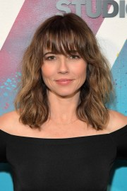 linda cardellini medium wavy cut