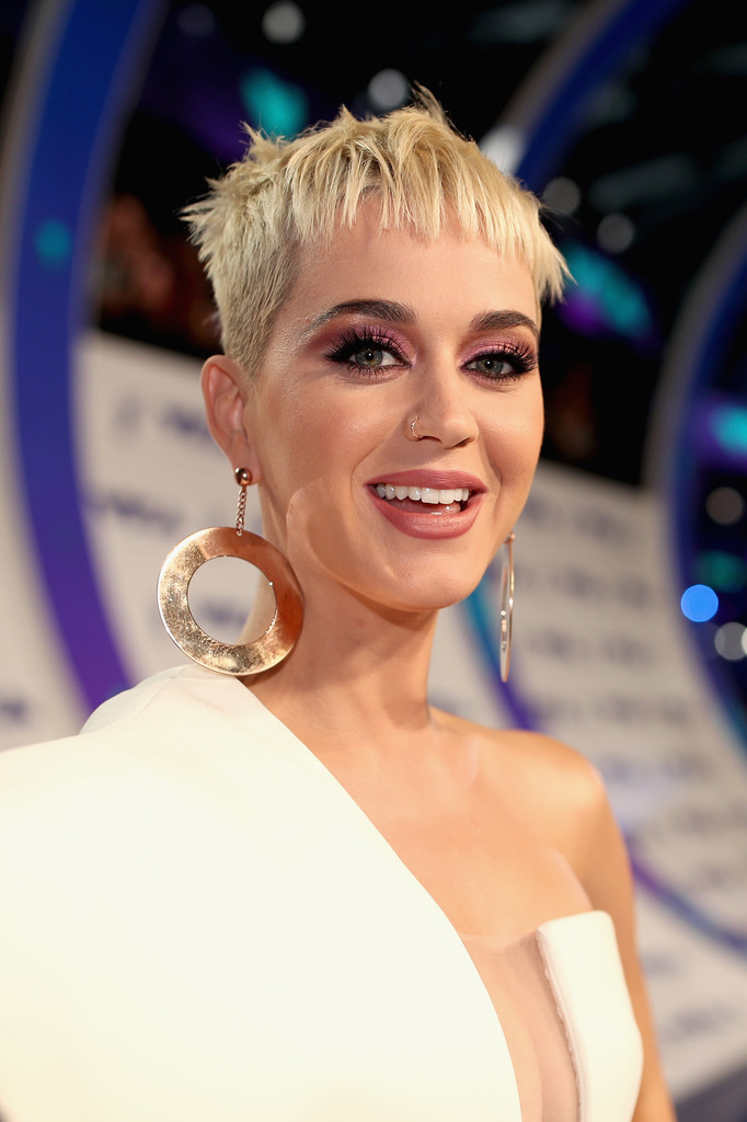 Katy Perrys Blonde Boy Cut At The Grammy Awards The