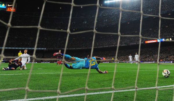 Cristiano Ronaldo of Real Madrid CF  (2L) shoots past goalkeeper Claudio Bravo of Barcelona as he scores their first and equalising goal during the La Liga match between FC Barcelona and Real Madrid CF at Camp Nou on March 22, 2015 in Barcelona, Spain.