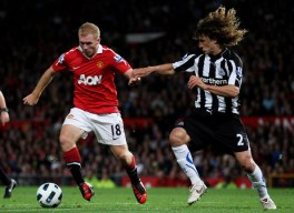 Paul Scholes of Manchester United competes with  Fabricio Coloccini of Newcastle United during the Barclays Premier  League match between Manchester United and Newcastle United at Old  Trafford on August 16, 2010 in Manchester, England.