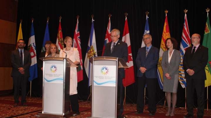 L'image montre la ministre du Patrimoine canadien, Mélanie Joly, entourée des ministres francophones issus des provinces.