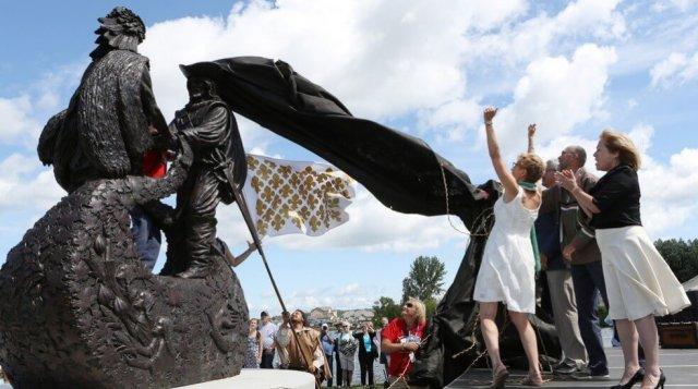 L'image montre le nouveau monument dédié à Samuel de Champlain à Penetanguishene et son dévoilement lors du 400e anniversaire de la province. Il ne fait pas partie des activités présentes dans le nouveau circuit touristique francophone.
