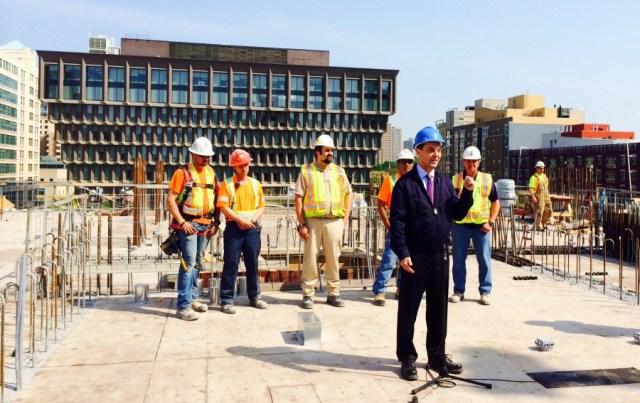 Perché sur le toit d'un édifice en construction, le chef progressiste-conservateur Tim Hudak a pris pour cible l'immeuble gouvernemental situé juste à côté, rue Jarvis, au centre-ville de Toronto. «C'est le Taj Mahal de la bureaucratie libérale» a-t-il pourfendu, le 2 juin.  (Photo: François Pierre Dufault)