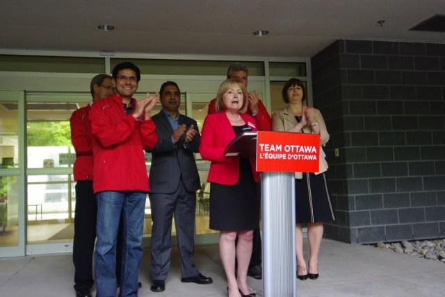 Les candidats libéraux dans la région d'Ottawa ont accusé les progressistes-conservateurs de vouloir mettre la hache dans les soins de santé en français, le 22 mai.  (Photo: Parti libéral de l'Ontario)