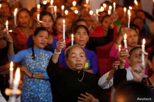 Catholics attend a mass prayer for 39 people found dead in the back of a truck near London, UK at My Khanh parish in Nghe An…