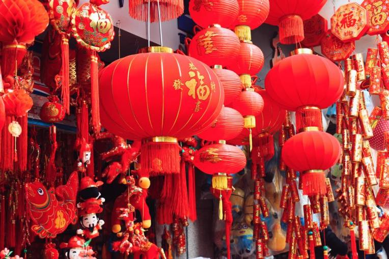 O mare de felinare chinezesti rosii ca focul :)