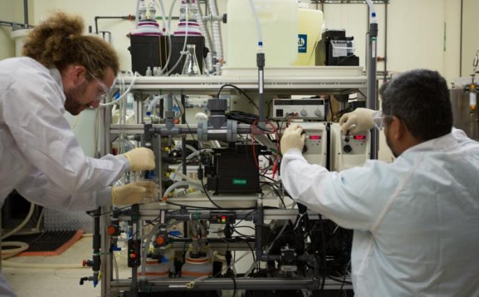 Ajustando el sistema que extrae CO2 del agua del mar