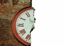 L'orologio della torre lesionato, prima del secondo crollo, a Finale Emilia, Modena