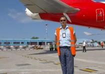 Un 'eroe' in aeroporto: si accorge che aereo perde carburante al decollo e scongiura tragedia