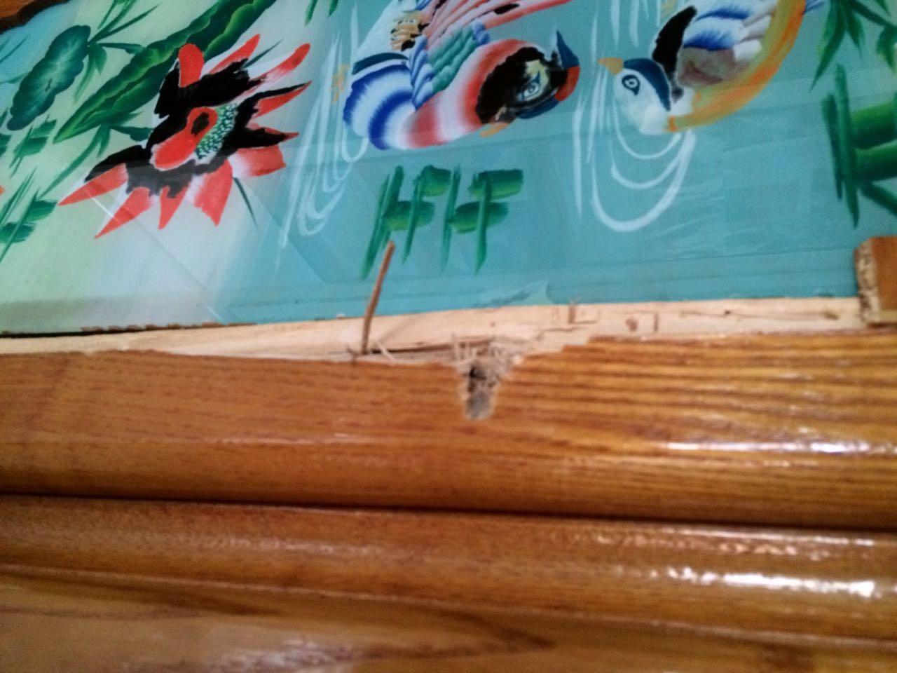 老屋里的家具上,凶手开枪留下的弹孔清晰可见。