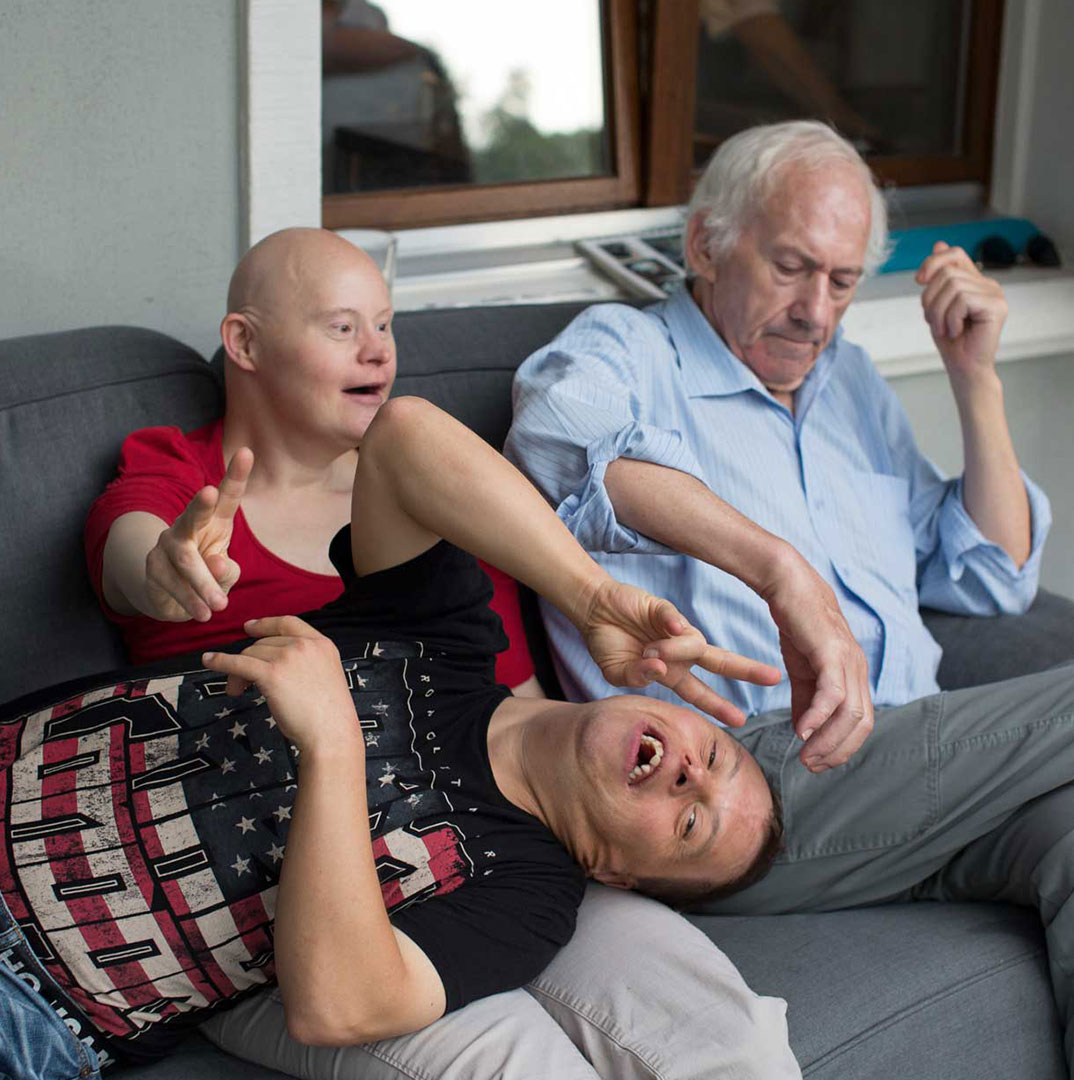 Menschen auf sofa