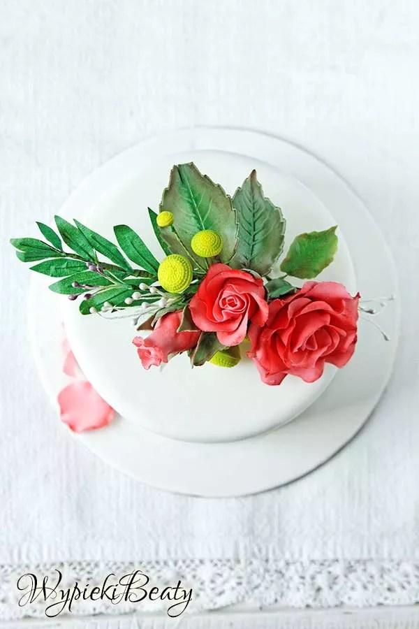 tort z bukietem róż 2