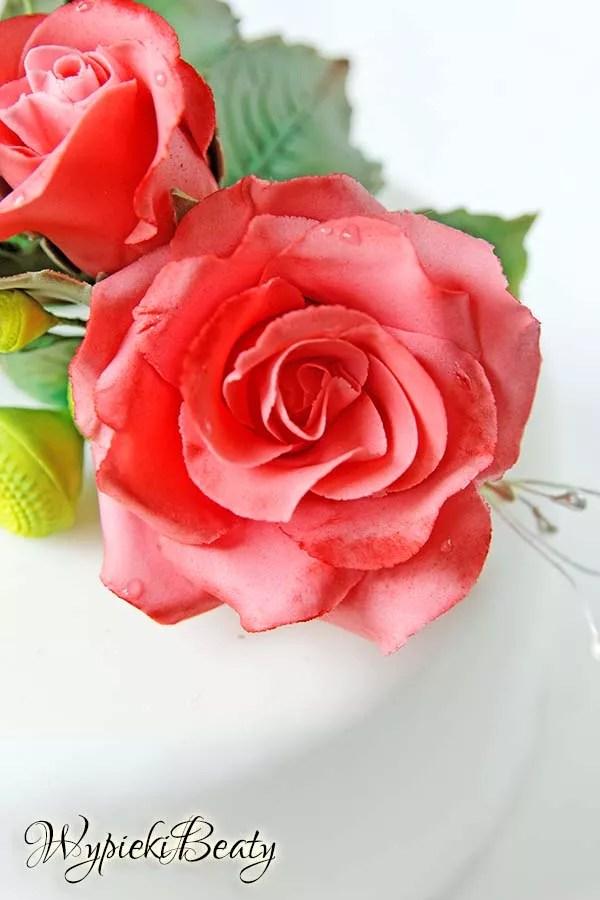 tort z bukietem róż 7