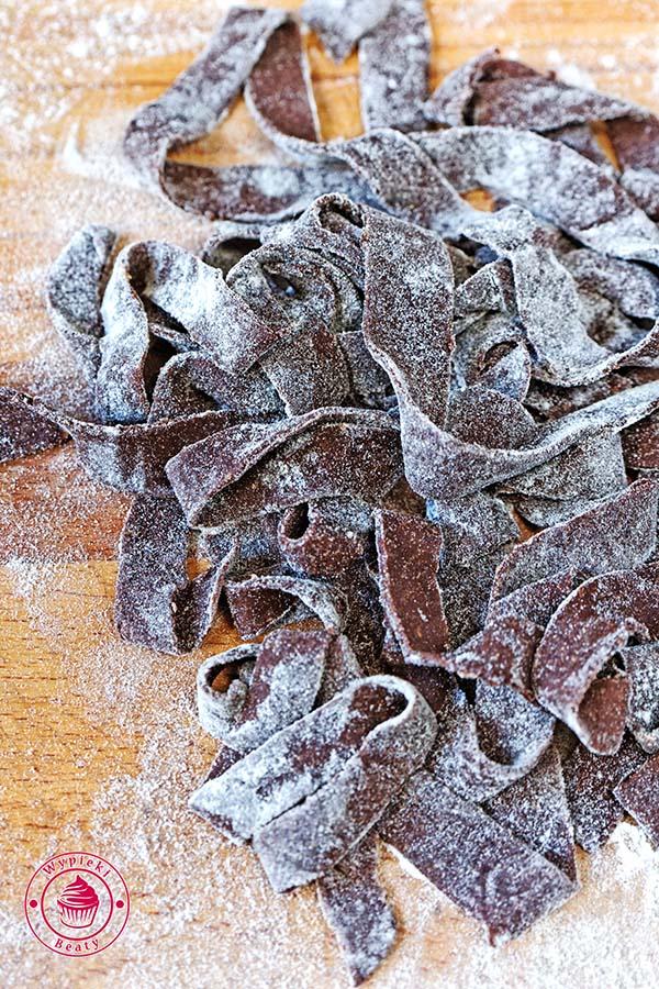 makaron czekoladowy z truskawkami