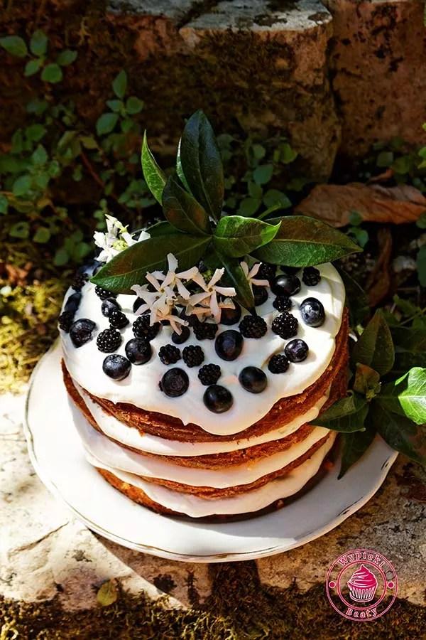 tort z kremem i owocami