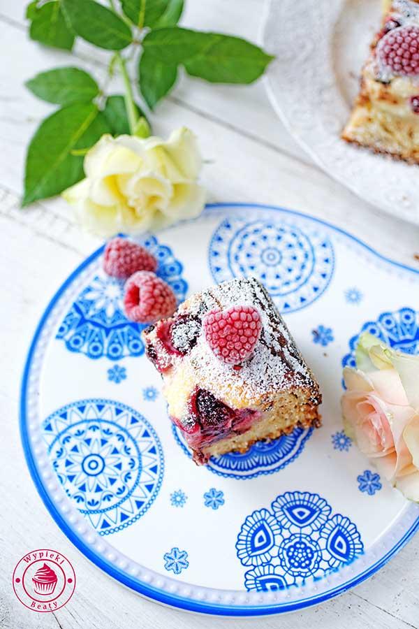 ciasto z czekoladą i malinami