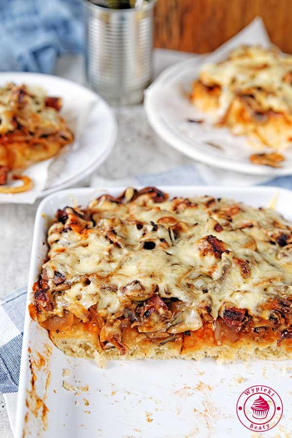pizza z pieczarkami i cebulą