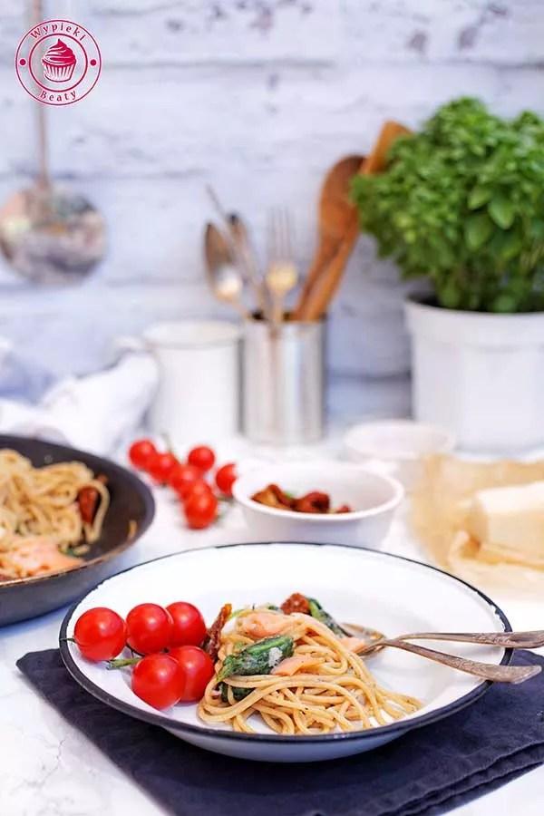 spaghetti z łososiem i pomidorami