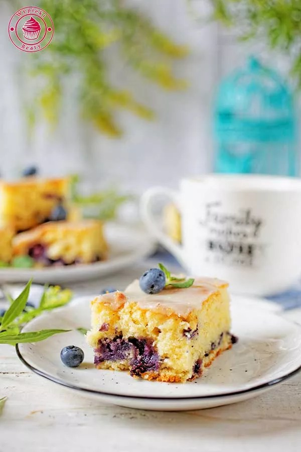 proste ciasto owocowe z borówkami i cytryną polane lukrem cytrynowym