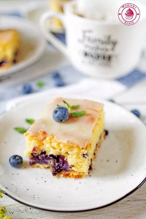 proste ciasto cytrynowe z borówkami oraz lukrem cytrynowym