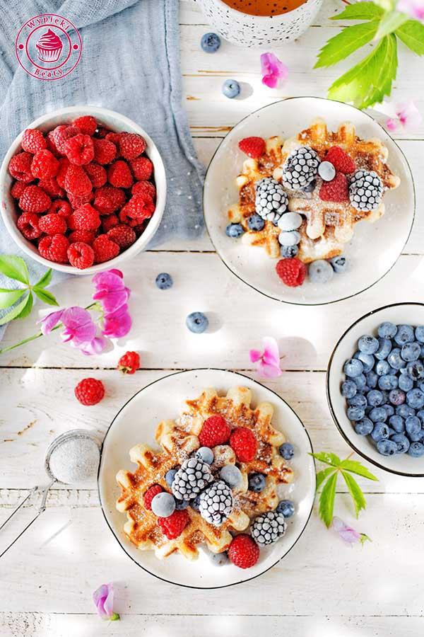 chrupiące gofry z owocami i cukrem pudrem